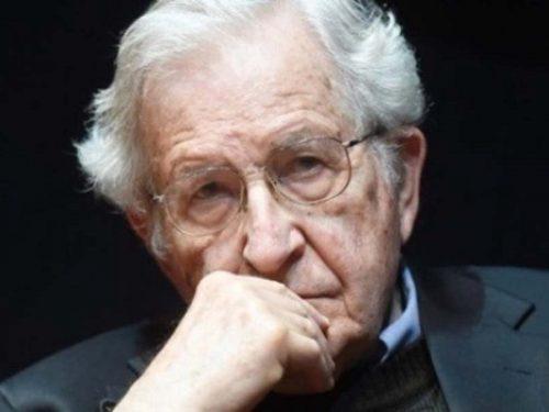 Le strategie elencate da Noam Chomsky per ottenere la manipolazione delle masse